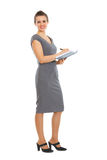 Escrita fêmea do empregado no caderno foto de stock