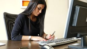 Escrita fêmea do trabalhador de escritório e verificação de assinatura filme