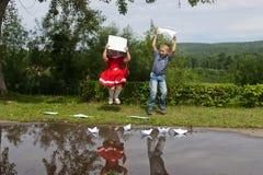 Escrita feliz da moça e do menino Sorriso dentro Fotos de Stock Royalty Free