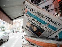 Escrita italiana da imprensa sobre o homem de Brexit que toma o jornal do suporte fotos de stock royalty free