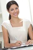 Escrita latino-americano da mulher de negócios da mulher no escritório Fotos de Stock Royalty Free