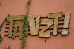 Escrita na parede: Danças do `! ` Imagem de Stock