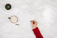 Escrita no caderno vazio no fundo de mármore branco da tabela Fotografia de Stock Royalty Free