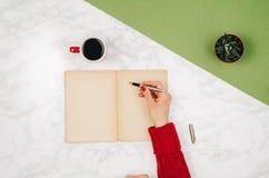 Escrita no caderno vazio no fundo de mármore branco da tabela Foto de Stock
