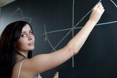 Escrita nova do estudante universitário no quadro Imagens de Stock