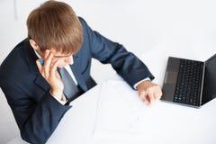 Escrita nova do homem de negócio no documento foto de stock royalty free