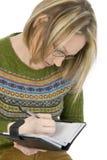Escrita ocasional da mulher no Datebook Imagem de Stock