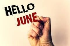 Escrita olá! junho do texto da escrita O significado do conceito que começa uma mensagem nova maio do mês está sobre o ponto de p Imagens de Stock
