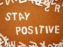 Escrita positiva do ` da estada do ` com letra de madeira fotografia de stock royalty free