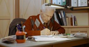 Escrita superior do homem de negócios no papel na tabela no escritório video estoque