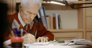 Escrita superior do homem de negócios no papel na tabela no escritório vídeos de arquivo