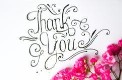 Escrito à mão obrigado cardar com flores imagem de stock