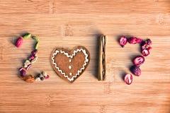 2017 escrito com as especiarias no fundo de madeira, conceito do ano novo do alimento Imagens de Stock Royalty Free