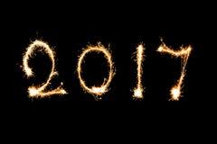 2017 escrito con el fuego artificial de la chispa, concepto 2017 del Año Nuevo Foto de archivo libre de regalías