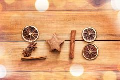 2018 escrito con las especias con la naranja y el canela secados en el fondo de madera con el espacio de la copia, decoración del Imagenes de archivo
