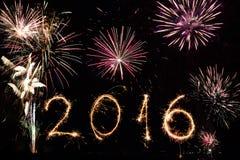 2016 escrito con los fuegos artificiales como fondo Imágenes de archivo libres de regalías