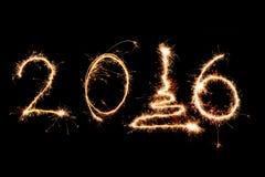 2016 escrito con los fuegos artificiales como fondo Fotografía de archivo