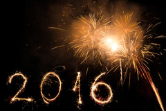 2016 escrito con los fuegos artificiales como fondo Fotos de archivo