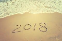 2018 escrito en arena escribe en la playa Imagen de archivo libre de regalías
