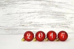 2017 escrito en bolas de la Navidad Imágenes de archivo libres de regalías