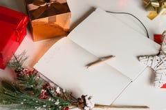 2017 escrito en el cuaderno con las decoraciones de los Años Nuevos Foto de archivo