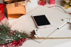2017 escrito en el cuaderno con las decoraciones de los Años Nuevos y el teléfono móvil Imagen de archivo