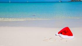 2016 escrito en la arena blanca de la playa tropical con Imagen de archivo libre de regalías