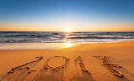 2017 escrito en la arena de la costa Foto de archivo libre de regalías
