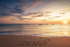 2018 escrito en la arena de una playa Foto de archivo libre de regalías