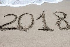2018 escrito en la arena de una playa, primer Imágenes de archivo libres de regalías