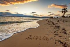 2018 escrito en la arena de una playa, viaja concep del Año Nuevo 2018 Fotos de archivo libres de regalías