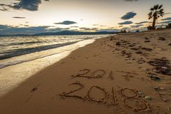 2018 escrito en la arena de una playa, viaja concep del Año Nuevo 2018 Imagen de archivo