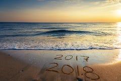 2018 escrito en la arena de una playa, viaja concep del Año Nuevo 2018 Imágenes de archivo libres de regalías
