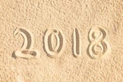2018 escrito en la arena de una playa, viaje del Año Nuevo Imagenes de archivo