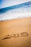 2015 escrito en la arena en una playa Fotografía de archivo