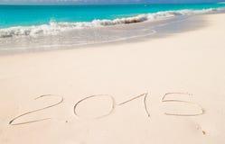 2015 escrito en la arena tropical del blanco de la playa Fotografía de archivo libre de regalías