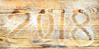 2018 escrito en la nieve en fondo de madera, visión superior, plano C Imágenes de archivo libres de regalías