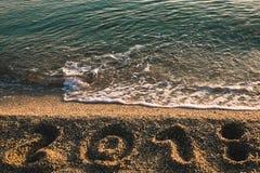 2018 escrito en la playa Foto de archivo libre de regalías