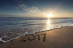 2017 escrito en la playa arenosa Imagenes de archivo