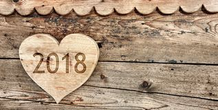 2018 escrito en un en forma de corazón de madera Foto de archivo
