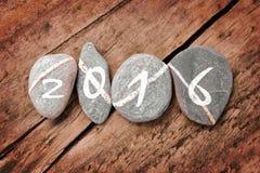 2016 escrito en una línea de piedras en una madera Fotos de archivo