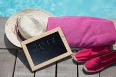 2017 escrito en una pizarra al lado de una piscina Foto de archivo libre de regalías