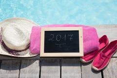2017 escrito en una pizarra al lado de una piscina Fotos de archivo