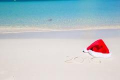 2016 escrito na areia branca da praia tropical com Imagens de Stock