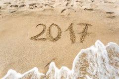 2017 escrito na praia da areia no mar Imagem de Stock