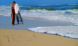Escrito sim na areia por pares Imagens de Stock