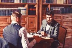 Escritor com a máquina de escrever ocupada do uso da cara, trabalhos no artigo novo imagens de stock