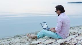 Escritor con el ordenador portátil imagen de archivo