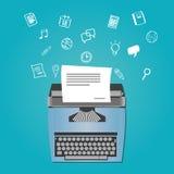 Escritor contento como redactor de anuncios con la máquina de escribir Imagenes de archivo
