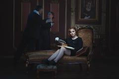 Escritor da mulher que escreve uma novela imagens de stock royalty free